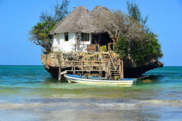 5. Rock Restaurant ở Zanzibar được xây dựng trên một khối đá riêng biệt ngoài khơi Tanzania. Đây là nơi bạn có thể thưởng thức hải sản tươi ngon nhất và với loại bia ngon tuyệt của địa phương.