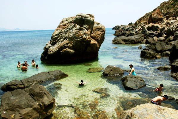 Description: Du khách tắm biển và khám phá rạn san hô tại bãi Vũng Dứa - Ảnh: Hoa Khá