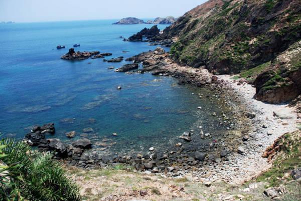 Description: Toàn cảnh thắng cảnh và bãi tắm Eo Gió - Ảnh: Hoa Khá
