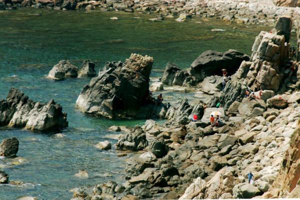 Description:  Một góc bãi tắm tại thắng cảnh Eo Gió - Ảnh: Hoa Khá