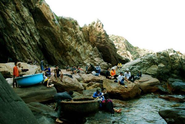 Description:  Đông đảo du khách vui chơi và tắm biển tại Hòn Sẹo - Ảnh: Hoa Khá