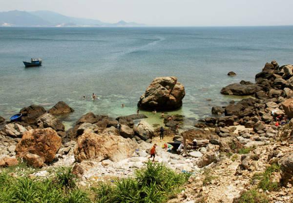 Description: Bãi tắm Vũng Dứa nhìn từ núi Cấm - Ảnh: Hoa Khá