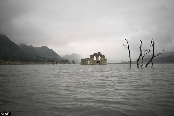 Nhà thờ cổ 400 năm tuổi nổi lên mặt nước ở Mexico.