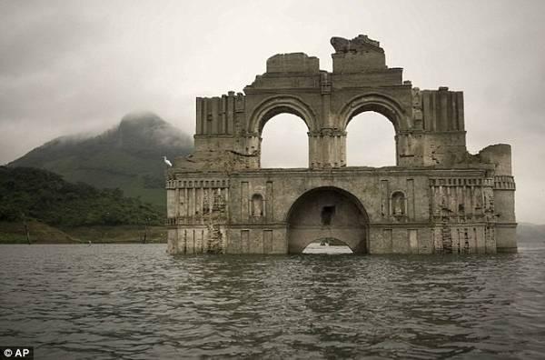 Nguyên nhân khiến nhà thờ nổi lên mặt nước là do hạn hán ở vùng này đã khiến mực nước sông Grijalva chảy vào hồ chứa sụt giảm tới 25m.