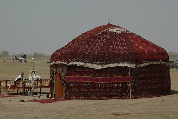 Khách du lịch bụi có thể ngủ trong một lều tròn đặc trưng ở sa mạc Karakum.