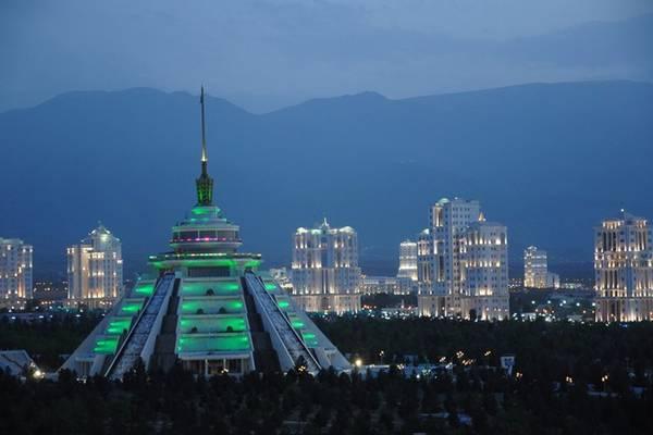 Thủ đô Ashgabat lung linh ánh đèn màu về đêm.