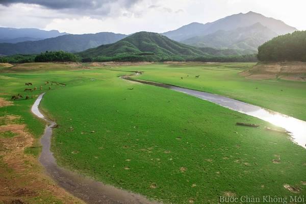 Đà Nẵng là thành phố có núi, sông, đồng bằng và biển nên rất dễ để kiếm được một chỗ cắm trại nhưng hồ Hòa Trung vẫn là nơi tuyệt vời với đồng cỏ rộng mênh mông được bao quanh bởi núi rừng hùng vĩ.