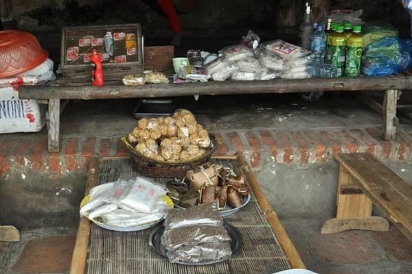Chè Lam được bày bán khắp ở Đường Lâm trên những chiếc chõng tre có ấm chè tươi thơm nồng.