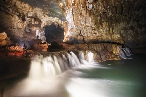 Thác nước trong hang Tú Làn