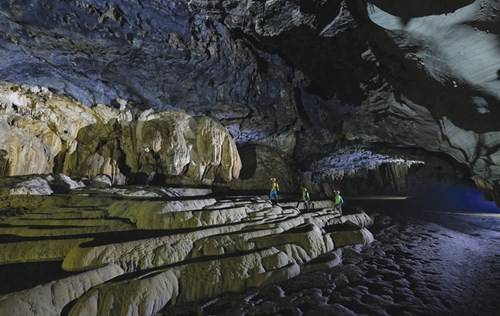 Các khối thạch nhũ hình bậc thang trong hang Tú Làn