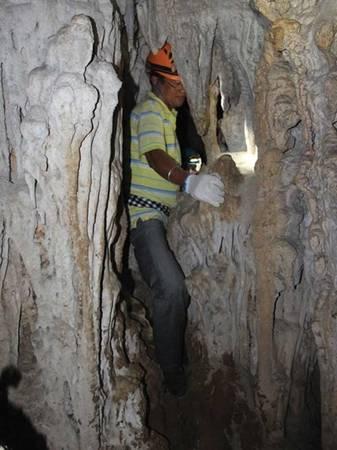 Tác giả lách qua khe hẹp trong hang Bí Mật.