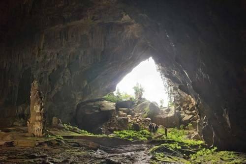 Từ bên trong nhìn ra cửa hang Chuột.