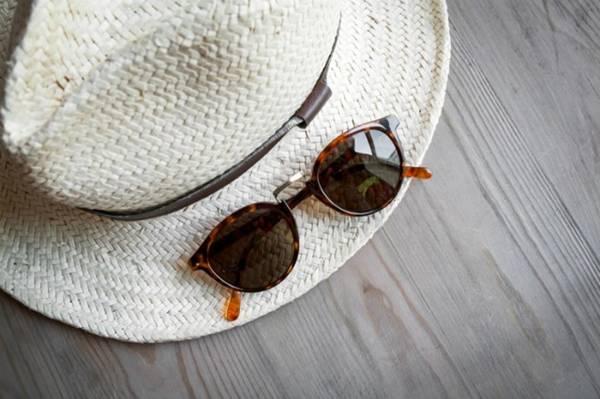 <strong>Mũ:</strong> Nếu khéo chọn, phụ kiện tưởng như chỉ để che nắng sẽ giúp bạn trông sinh động, tươi trẻ hơn trong mắt bạn đồng hành.