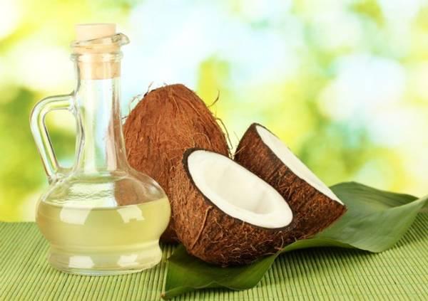 Lotion hay dầu dừa, dầu oliu cung cấp độ ẩm cho da, môi, giúp bạn luôn tươi tắn cũng như không bị khô, nứt da, là cứu cánh khi bạn bị cháy nắng. Ảnh: Namanet.