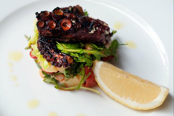 Saffron (Hai Bà Trưng): Với phong cách trang trí độc đáo, Saffron phục vụ các món ăn kiểu Hy Lạp và Địa Trung Hải ngon nhất TP HCM. Các thực khách có nhiều món để lựa chọn, cùng các loại rượu vang đúng vị.