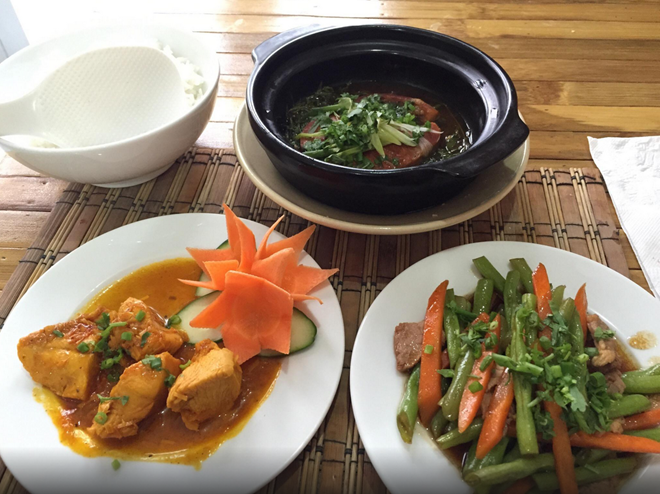 Cyclo Resto (Bến Thành, quận 1): Nhà hàng có thiết kế giản dị này được du khách quốc tế yêu thích bởi chất lượng đồ ăn, phong cách phục vụ và giá cả. Cyclo Resto đem lại cho thực khách những món ăn truyền thống của Việt Nam được trình bày theo phong cách mới mẻ, hiện đại.