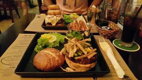Soul Burger (Phan Bội Châu): Nhiều du khách quốc tế tới đây đã khẳng định chắc chắn sẽ quay lại để thưởng thức món bánh burger đậm đà giữa không gian đơn giản, thân thiện.