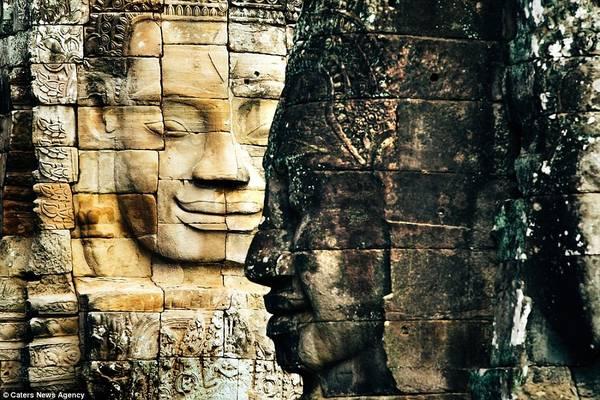 Đền Bayon nổi tiếng với những tác phẩm mặt cười và nằm chính giữa quần thể đền Angkor Thom.