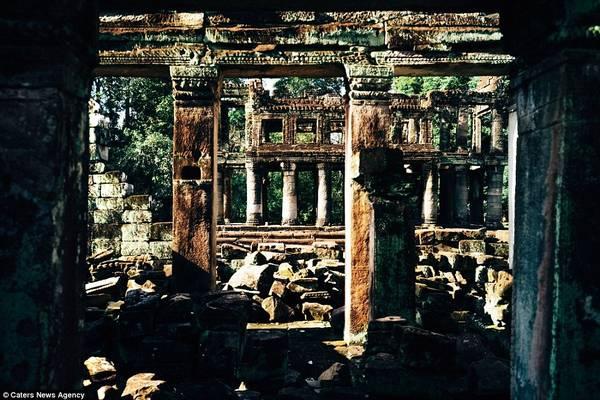 Một vài cây cột còn trụ lại trên nền đổ nát ở khu đền Bayon được xây dựng vào khoảng cuối thế kỷ 12, đầu thế kỷ 13.