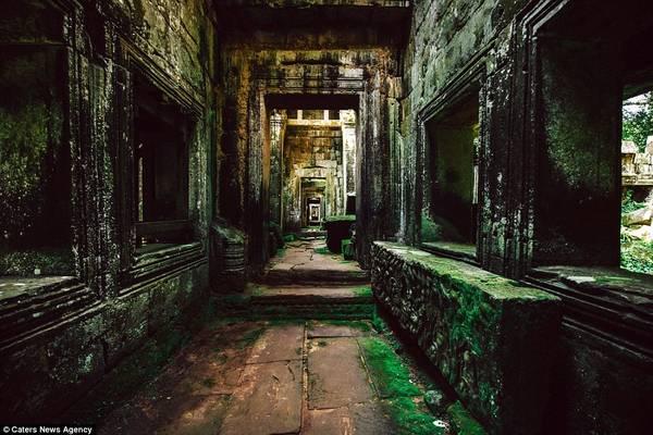 Hành lang hoang vắng hun hút ở Preah Khan, một trong những quần thể lớn nhất ở Angkor.
