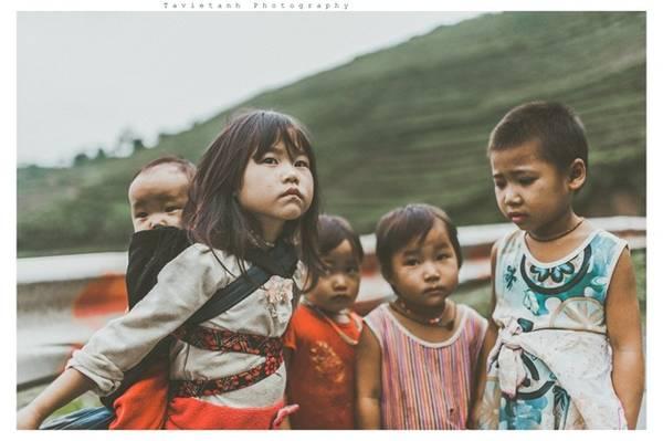 Dọc các con đường đèo có rất nhiều trẻ em dân tộc ở đó. Những đứa trẻ mặt mũi nhem nhuốc vì nghịch, quần áo thì mỏng manh,lấm lem bùn đất trong cái se lạnh của núi rừng Tây Bắc. Chúng cứ dong duổi chơi trên những con đường đèo, tụ tập một nhóm lại với nhau, có đứa còn bé xíu đã mang theo cả em nhỏ trên lưng đi chơi cùng, mặc sức nô đùa.