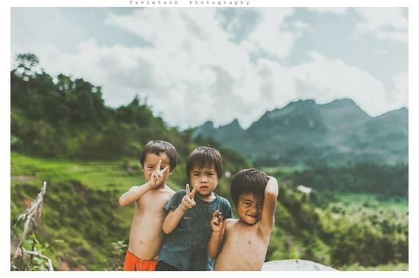 Đi bộ suốt 30km đường đèo từ Quản Bạ đến Yên Minh để được hòa mình vào với thiên nhiên và con người nơi đây. Tôi như cảm nhận thêm được sự vất vả, cũng như sức sống kiên cường của những đứa con của núi rừng. Chúng rắn rỏi và khỏe mạnh đến lạ kì nhưng cũng thật ngây thơ và chất phát.