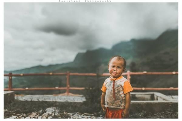 Lên đến đỉnh đèo bông cơn mưa kéo đến giăng kín núi rừng Yên Minh. Tôi co mình vào chiếc ô mang theo, băn khoăn những đứa trẻ đã đi bao xa để tới đó và chúng cứ ở ngoài trời như vậy bao lâu. Bởi tôi đã đi rất lâu mà không thấy ngôi nhà nào, có thì cũng thấp thỏm một vài căn ở sâu mãi trong. Chắc những đứa trẻ phải đi xa lắm để tới những con đường ấy.