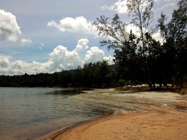 Nước biển trong vắt, bãi biển không một bóng người.