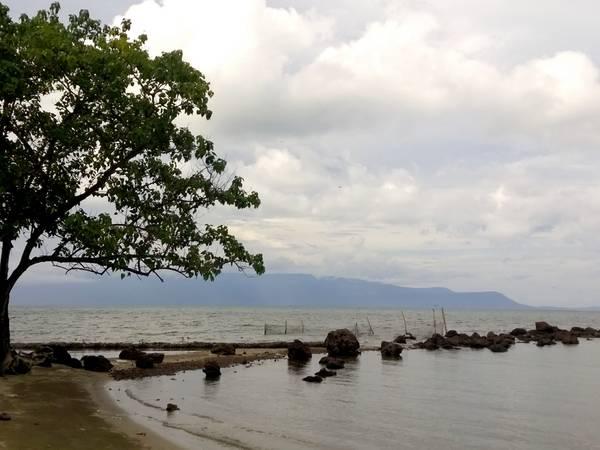 Đến Hòn Một, bạn nên chuẩn bị sẵn thức ăn và nước uống để cắm trại qua ngày. Nếu quên, bạn có thể ghé bãi Thơm gần đó để mua hải sản hoặc gà làm sẵn để tổ chức BBQ trên đảo.