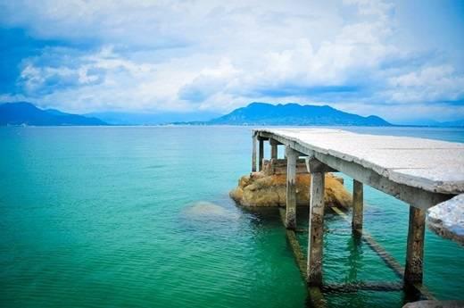 Nếu Bình Ba đã bắt đầu được nhiều khách du lịch chú ý thì Bình Lập hầu như vẫn còn là một viên ngọc thô ẩn mình chờ được khám phá. Cách trung tâm thành phố Nha Trang khoảng 90km, mất 2 giờ đi tàu từ cảng Ba Ngòi, Bình Lập gây ấn tượng mạnh mẽ và sâu sắc với du khách bởi màu nước xanh ngắt không một gợn bẩn. Thoạt nhìn cứ ngỡ như Maldives đã được dịch chuyển về Việt Nam vậy. (Nguồn: Internet)