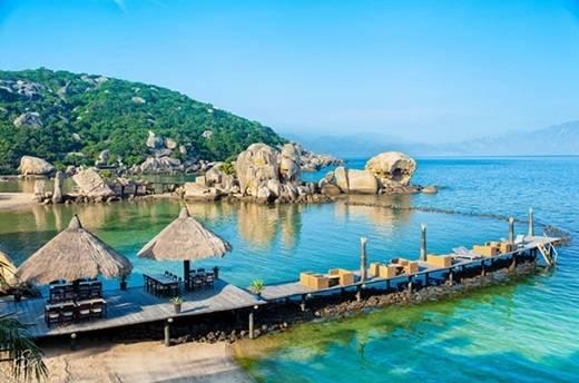 Một điểm hấp dẫn nữa của Bình Lập đó là lối kiến trúc của những khu resort không khác gì Maldives. Phần cầu cảng bằng gỗ dẫn ra biển tạo nên khung cảnh nên thơ và cảm giác lãng mạn cho du khách khi đi dạo hay ngồi ngắm biển. (Nguồn: Internet)