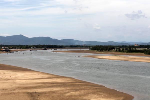 Một góc Cửa Nhượng, nơi sông Lạc Giang đổ ra Biển Đông - Ảnh: Băng Giang