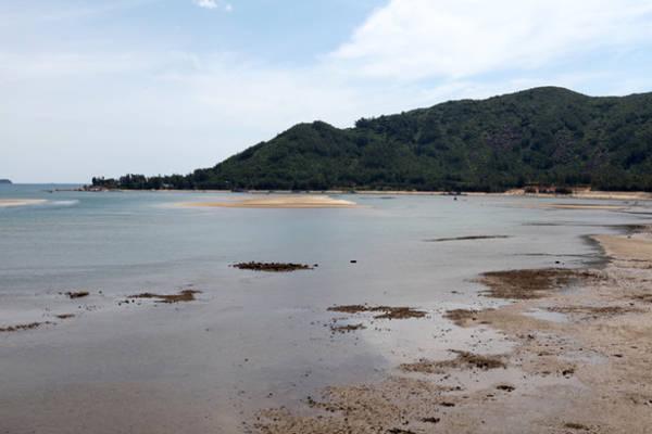 Nhìn về phía hải đăng Cẩm Lĩnh - Ảnh: Băng Giang