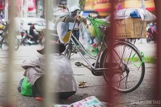 Một cụ già nhặt ve chai rong ruổi khắp phố phường cùng chú mèo nhỏ. (Ảnh: Võ Hà Thảo)