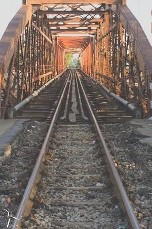 Đường sắt hoen gỉ như dài ra hun hút dưới ráng chiều. (Ảnh: Võ Hà Thảo)