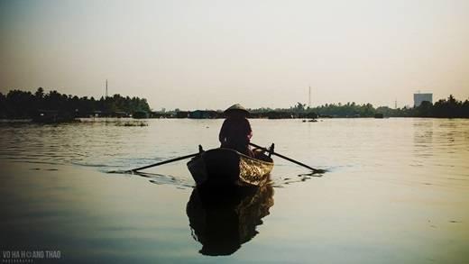 ... hay một chiếc thuyền lẻ loi giữa dòng nước. (Ảnh: Võ Hà Thảo)