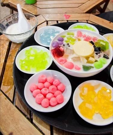 Mang đủ sắc màu của các loại topping như kẹo dẻo, thạch, rau câu, nổi bật trên sắc trắng của tàu hủ và nước cốt dừa, lẩu tàu hũ đến nay vẫn chưa có dấu hiệu hạ nhiệt. (Nguồn: Internet)
