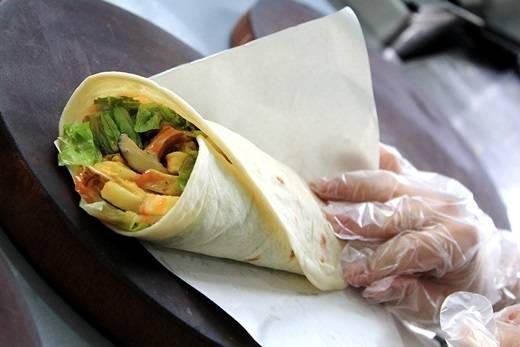 Xe bánh mì cuộn Hi Lạp ở đường Hoàng Hoa Thám này đã quá nổi tiếng. Ai mà không mê hương vị là lạ, ngon ngây ngất của thịt nướng thơm lừng kẹp chung với các loại rau, cà chua, khoai tây chiên cùng nước sốt đặc biệt của món này nhỉ? (Nguồn: Internet)