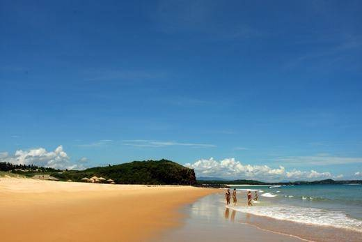 Phóng tầm mắt ra xa, bạn khó thể phân biệt được đâu là màu xanh của biển, đâu là sắc xanh của trời. (Ảnh: Internet)