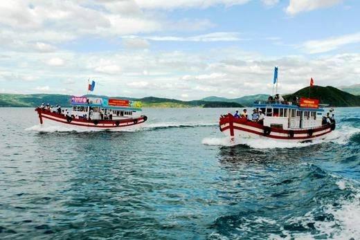 Du khách có thể đi thuyền để khám phá vịnh Xuân Đài. (Ảnh: Internet)
