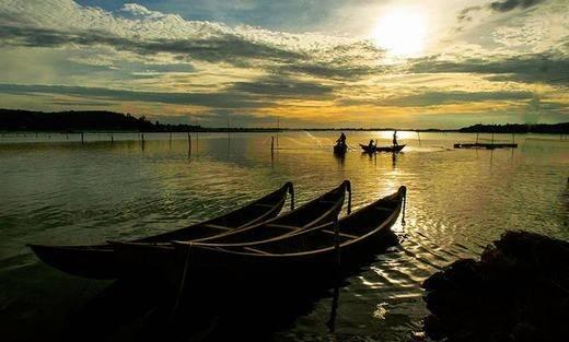 Cách Tuy Hòa 45km, vịnh Xuân Đài có địa hình đa dạng với ghềnh nối tiếp vũng, vũng nối tiếp bãi, bãi tiếp nối núi. Vịnh Xuân Đài được xếp vào những vịnh đẹp nhất thế giới. (Ảnh: Internet)
