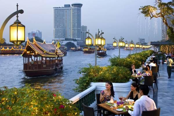 Hoặc cũng có thể thưởng thức ẩm thực bên những nhà hàng ven sông. Ảnh: intesolbangkok.com