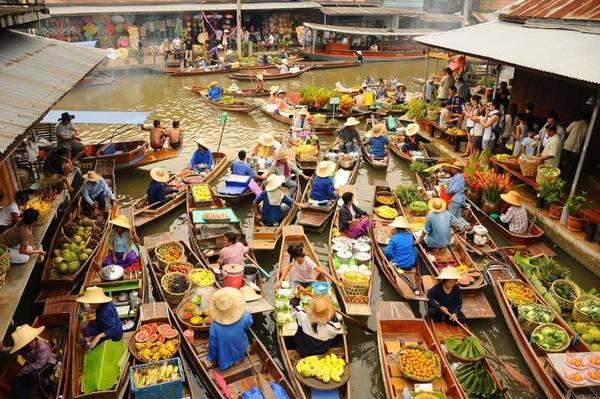 Chợ nổi trên sông ở Damnoen Saduak hẳn dành cho du khách nào vừa thích mua sắm vừa thích… đi thuyền. Ảnh: flickr.com