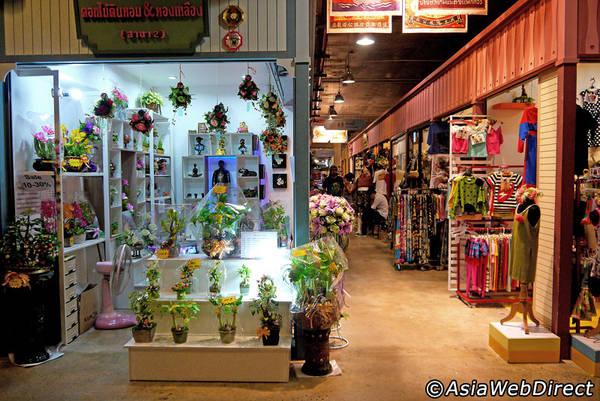 Hàng hóa được bày bán ở Asiatique rất đa dạng. Ảnh: Bangkok.com