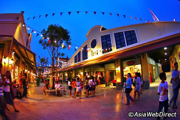 Asiatique như một nơi tụ tập của các bạn trẻ khi về đêm, vừa có thể dạo chơi hóng mát, vừa ăn uống shopping đều tuyệt vời. Ảnh: Bangkok.com