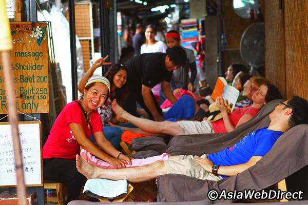 """Một quầy massage """"dã chiến"""" tại chợ. Ảnh: Bangkok.com"""
