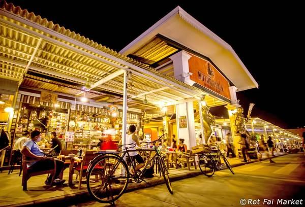 Sau khi mua sắm, du khách có thể dừng chân thưởng thức cà phê tại các quán được thiết kế bằng các vật dụng tái chế. Ảnh: Bangkok.com