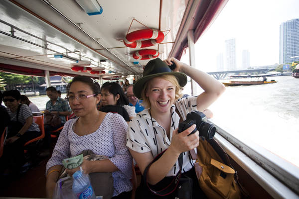 Du khách thích thú khi ngồi thuyền trên sông Chao Phraya. Ảnh: Travelettes