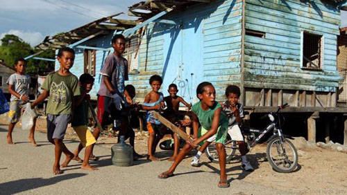Trẻ con chơi trên đường phố Port Moresby.