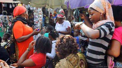 Một cửa hiệu làm tóc cho phụ nữ ở Lagos